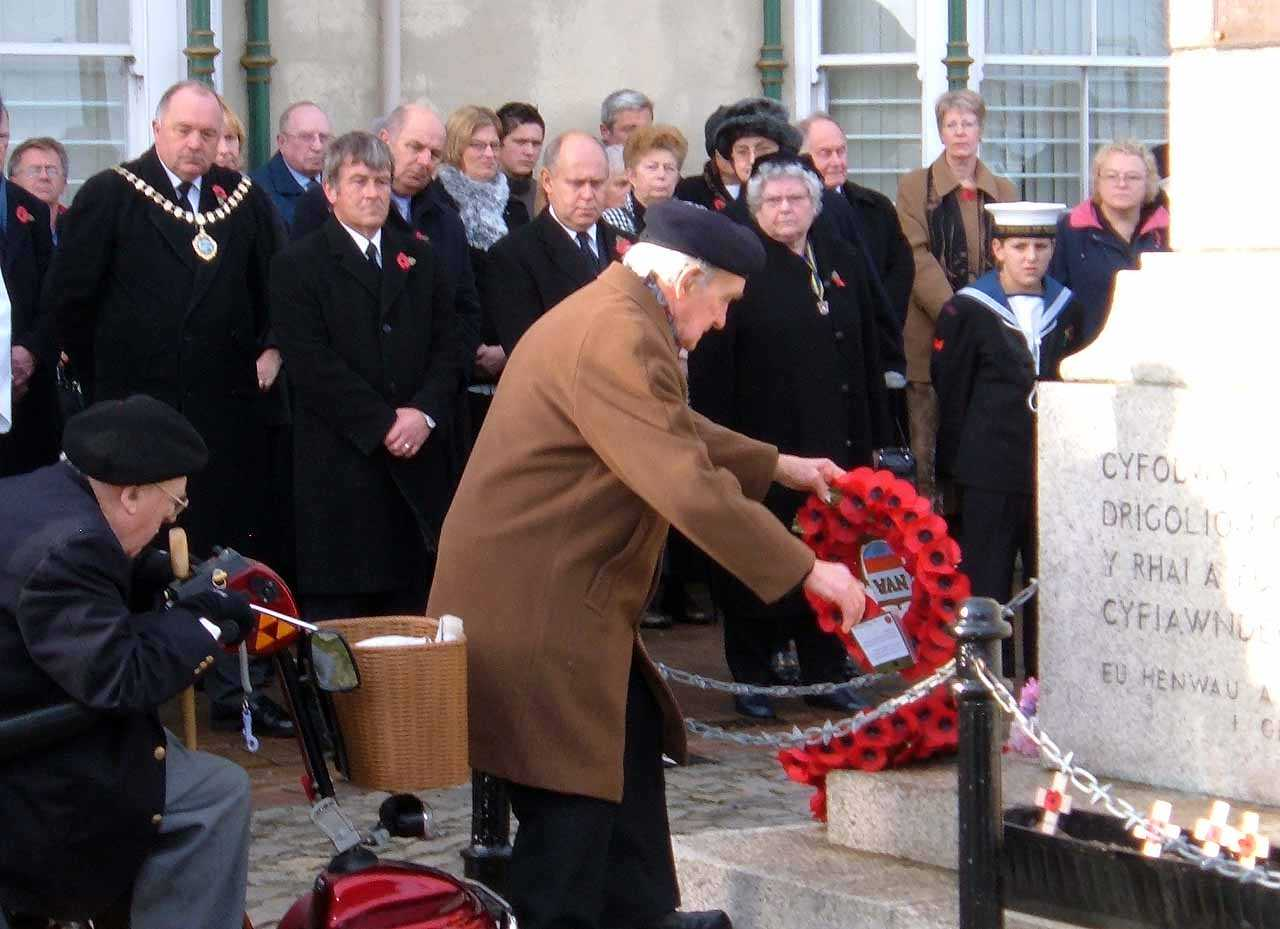 Anglesey, Holyhead, Remembrance Sunday 2006 - A veteran of WWII lays a wreath