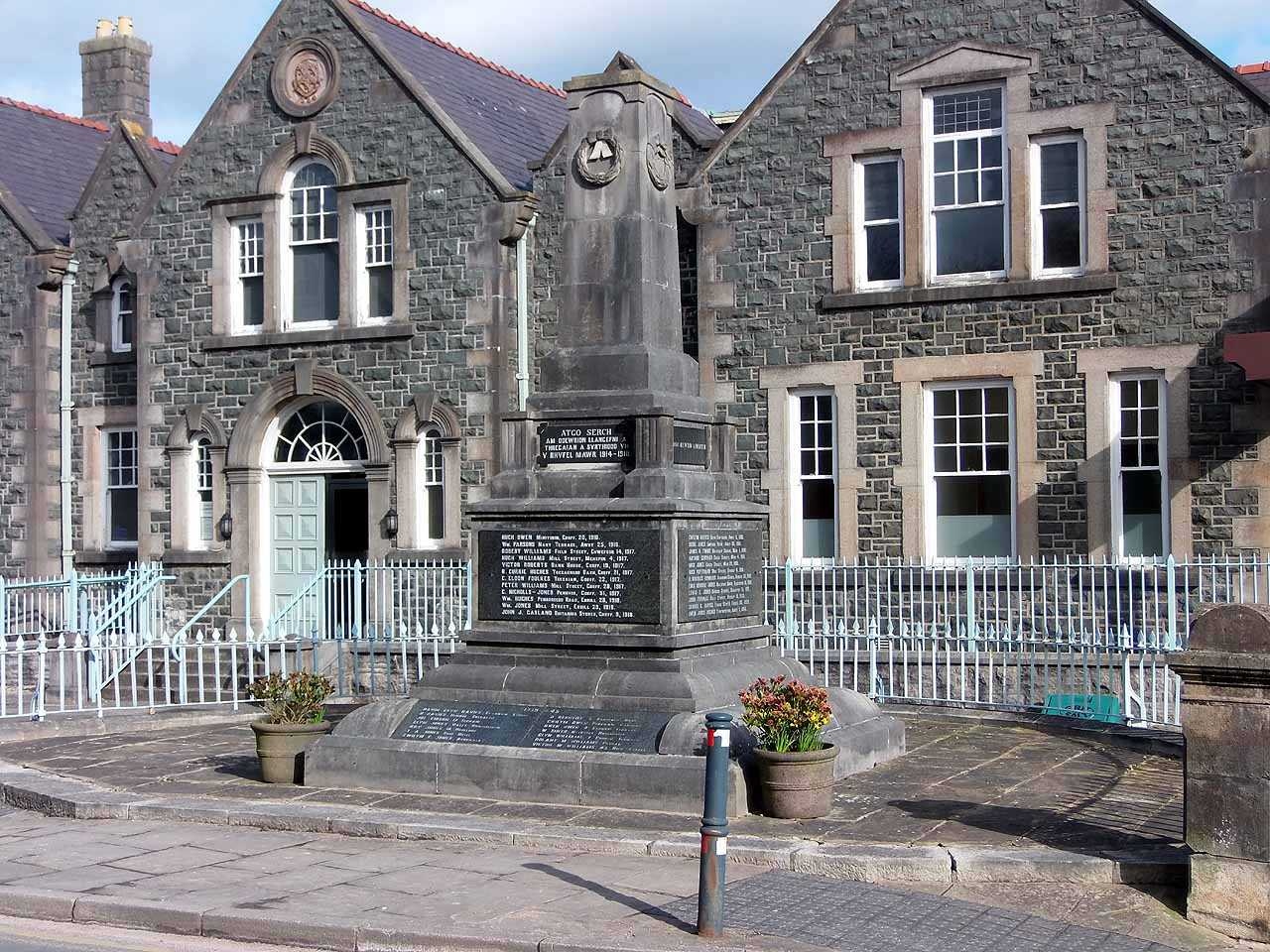 Anglesey, Llangefni War Memorial - front and side view